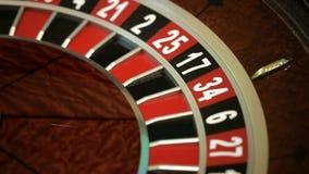 Het lopen en de einden van het roulettewiel met witte bal op close-up 22 stock videobeelden