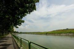 Het lopen en het cirkelen weg door de rivier Royalty-vrije Stock Afbeeldingen
