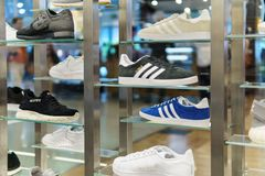 Het lopen en Toevallige Schoenen voor Verkoop in de Opslag van de Manierschoen Stock Foto
