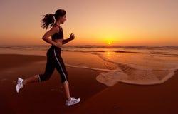 Het lopen en zonsondergang Royalty-vrije Stock Afbeeldingen