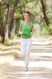 Het lopen in groen bos Stock Foto
