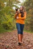 Het lopen in het bos met de hond Royalty-vrije Stock Foto's