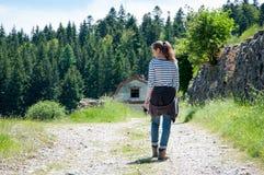 Het lopen in het platteland stock foto