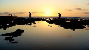 Het lopen, klip, zonsondergang, backlight, silhouet Royalty-vrije Stock Afbeeldingen