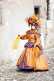 Het lopen in kostuum Stock Fotografie