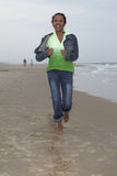Het lopen langs de kust stock fotografie