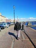 Het lopen langs de Neva-rivierdijk stock fotografie
