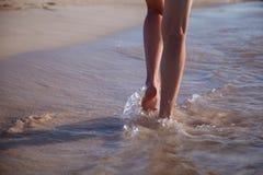 Het lopen langs de zeekust Stock Foto