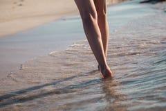 Het lopen langs de zeekust Stock Foto's