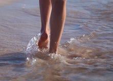 Het lopen langs de zeekust Stock Fotografie