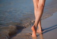 Het lopen langs de zeekust Stock Afbeeldingen