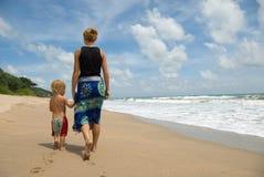 Het lopen langs het strand Stock Afbeeldingen