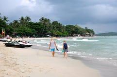 Het lopen langs het strand Stock Fotografie
