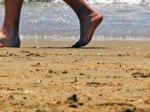 Het lopen langs het strand Stock Foto's