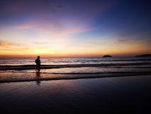 Het lopen langs het kuststrand met mooie aard die u omringen royalty-vrije stock afbeelding