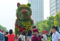 Het lopen het MaandieNieuwjaar van de straatochtend bij de stad in met bloemen langs straat worden verfraaid Stock Fotografie