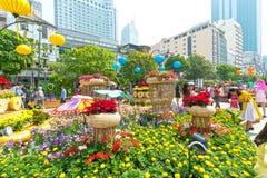Het lopen het MaandieNieuwjaar van de straatochtend bij de stad in met bloemen langs straat worden verfraaid Royalty-vrije Stock Foto's