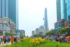 Het lopen het MaandieNieuwjaar van de straatochtend bij de stad in met bloemen langs straat worden verfraaid Stock Afbeeldingen