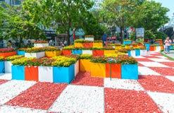 Het lopen het MaandieNieuwjaar van de straatochtend bij de stad in met bloemen langs straat worden verfraaid Royalty-vrije Stock Foto
