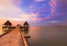 Het lopen manier die tot oceaan met schoonheid van na zonsondergang leiden Royalty-vrije Stock Foto's