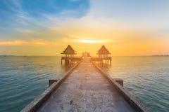 Het lopen manier die tot zonsondergang oceaanhorizon leiden Stock Fotografie