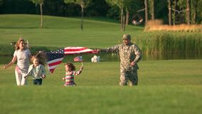 Het lopen met de grote achtergrond van de V.S. in het park stock video