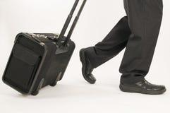 Het lopen met horizontale koffer Stock Fotografie