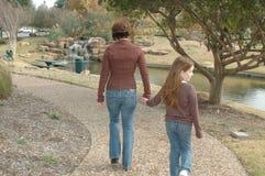 Het lopen met Mamma Stock Foto