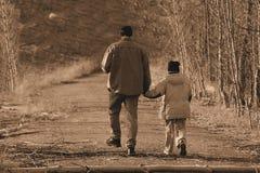 Het lopen met papa Stock Foto's