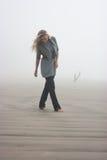 Het lopen in mist Stock Afbeeldingen