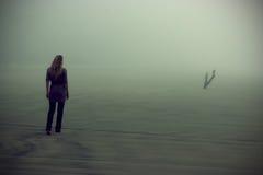 Het lopen in mist Royalty-vrije Stock Foto's