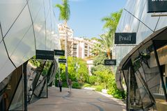 Het lopen in het mooie Monte-Carlo Pavilions-winkelcomplex royalty-vrije stock foto's