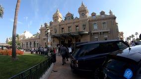 Het lopen naar het beroemde Casino Monte Carlo stock videobeelden
