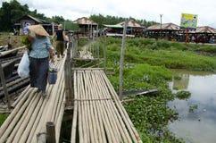 Het lopen naar huis na een bezige dag bij de markt Stock Afbeeldingen