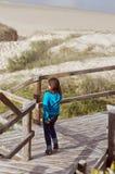 Het lopen neer aan het strand stock foto