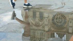 Het lopen in Notre Dame in een regenachtige dag Stock Fotografie