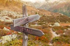 Het lopen onder de bergen: kruispunt Stock Fotografie