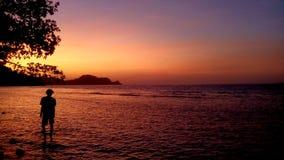 Het lopen onder de zonsopgang Royalty-vrije Stock Foto's