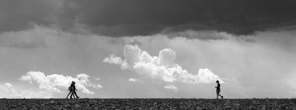 Het lopen onder het onweer Stock Afbeeldingen