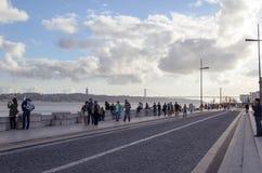 Het lopen onderaan de strandboulevard in Lissabon Royalty-vrije Stock Foto's