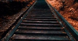 Het lopen onderaan oude trap stock video