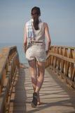 Het lopen op de brug Stock Afbeeldingen
