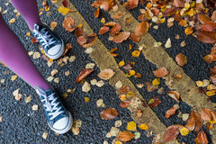 Het lopen op de herfststraat Stock Foto