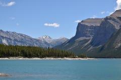 Het lopen op de kust van een mooi meer in Canada royalty-vrije stock foto's