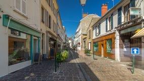 Het lopen op de straat van Fontainebleau in Frankrijk timelapse hyperlapse stock video