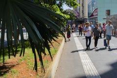 het lopen op de straten van Sao Paulo kan 2018 stock foto