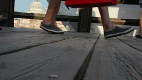 Het lopen op de video van Rialto brug-Venetië stock videobeelden