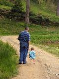 Het lopen op een landweg stock foto