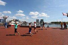 Het lopen op een zonnige middag Stock Fotografie