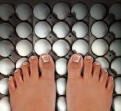Het lopen op Eieren Stock Afbeeldingen